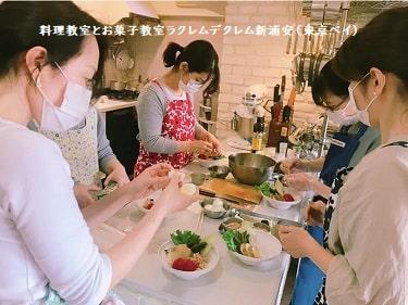 料理教室で実習する生徒さんたち