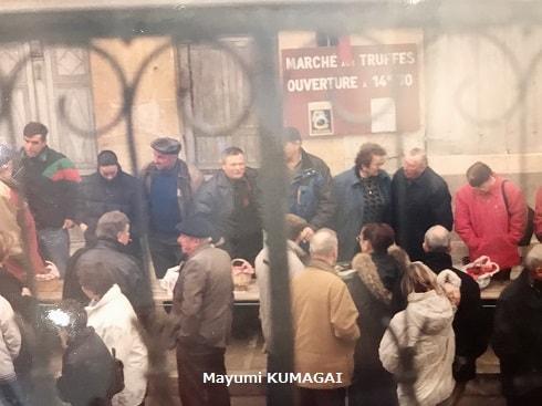 熊谷真由美のフランス・カルカッソンヌ近くのトリュフ市に かごいっぱいのトリュフを詰めて集まる売り人たち