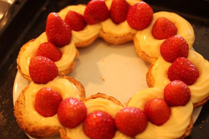 伝統的なパリブレストはプラリネのバタークリームなのですが、今回は苺のオリジナルバージョン。